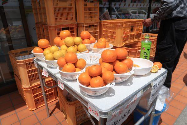コンビニの店頭に出ている柑橘類の出店