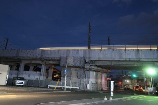 高架橋の上を走る新幹線