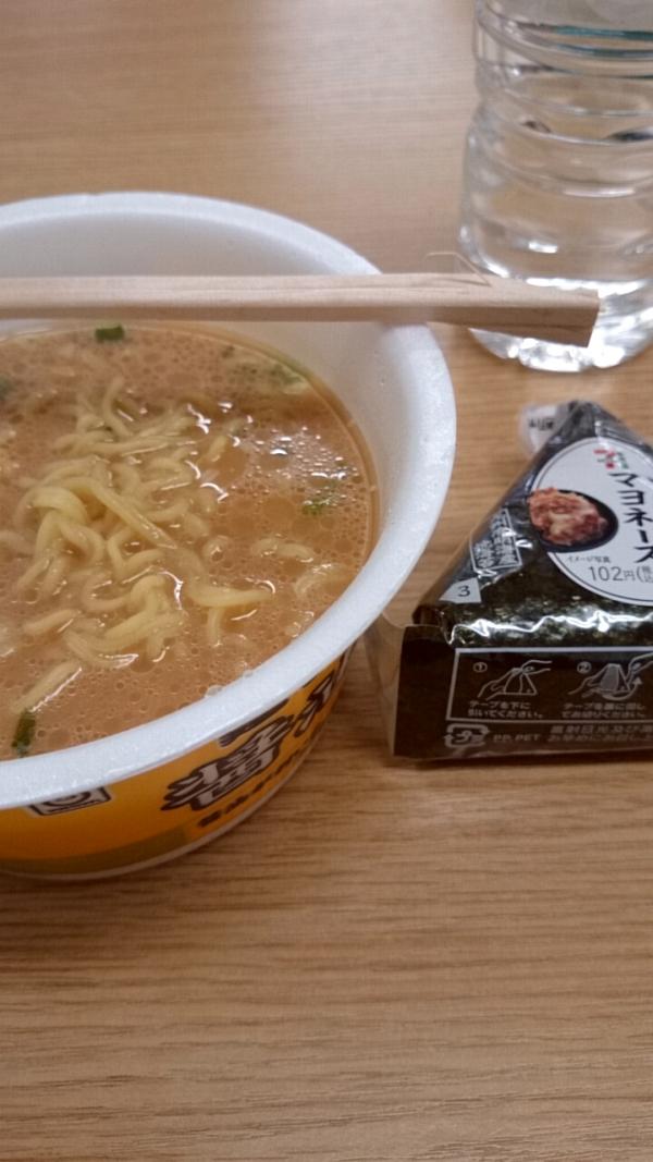 マルチャン「麺づくり 醤油とんこつ」とセブンイレブンのツナマヨおにぎり