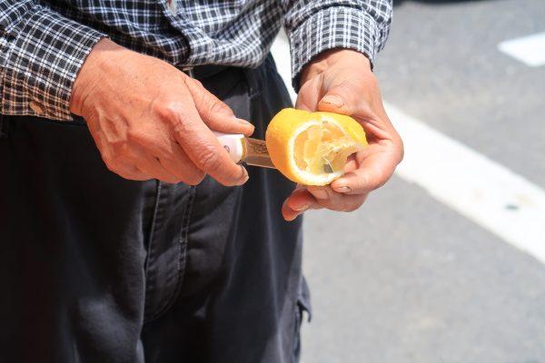 柑橘をナイフで切るところ