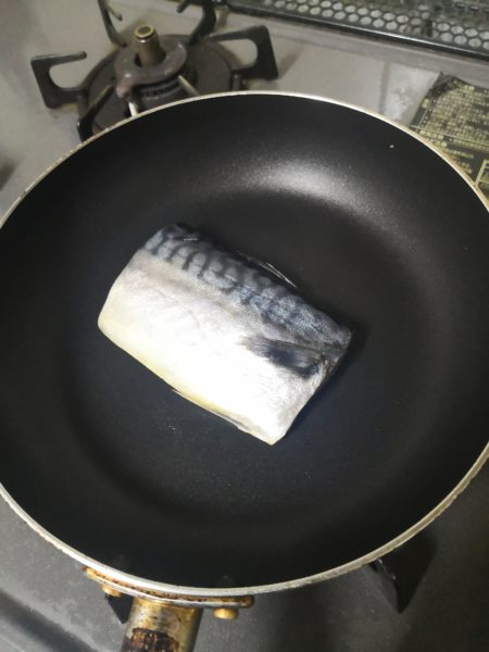 塩サバをフライパンに乗せたところ