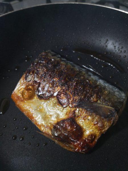 フライパンの上で焼けた塩サバ