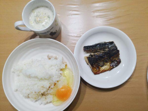 朝食の写真。塩サバ、卵かけごはん、ポタージュ